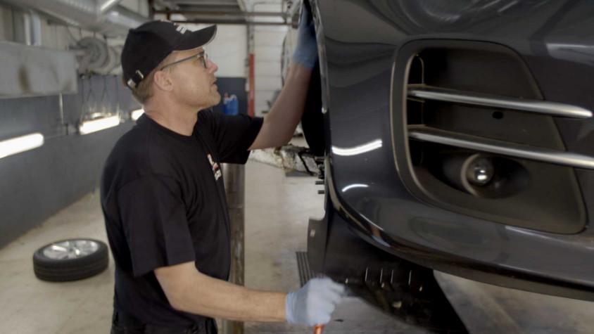 fagmand adskiller bil ved undervognsbehandling
